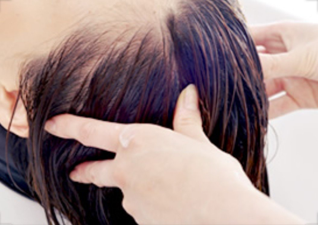 頭皮がたるむと顔もたるむ!?頭皮の老化と顔の関係